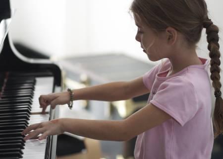 aula-crianca-tocando-teclado
